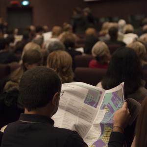Lettura del programma in attesa che inizi l'incontro - ph. Elena Rosignoli