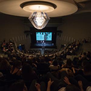 """Sala gremita per l'incontro """"Fotografia e giornalismo: il ruolo dell'immagine nell'informazione oggi"""" - ph. Yuma Martellanz"""