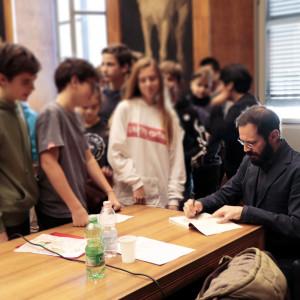 L'atteso firmacopie con Gabriele Clima (Sala del Grechetto della Biblioteca Sormani)