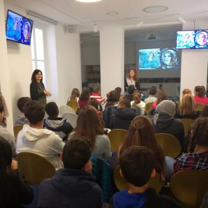 Federica Iacobelli con le classi partecipanti al progetto Raccontare le vite degli altri, presso il Laboratorio Formentini per l'editoria