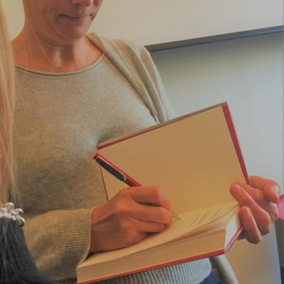 """Ecco l'atteso autografo di Cristina De Stefano sul suo """"Scandalose"""" (Rizzoli)"""