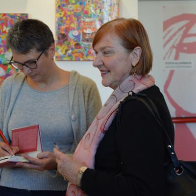 La professoressa Rita Langè con l'autrice Cristina De Stefano (Libreria Mondadori Duomo)
