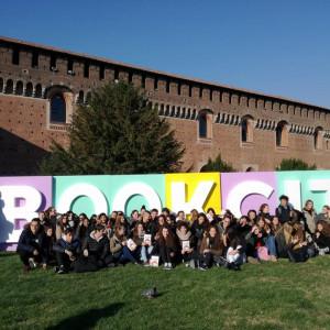 Le classi del Liceo Parini di Seregno e l'immancabile fotografia davanti alla scritta Bookcity!